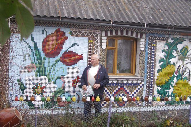 Чоловік у Літині «розфарбував» свою хату кришечками від пластикових пляшок