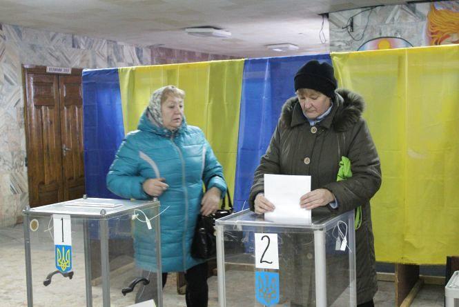 Немирівські вибори: «підкуп» ручками та неопломбовані скриньки
