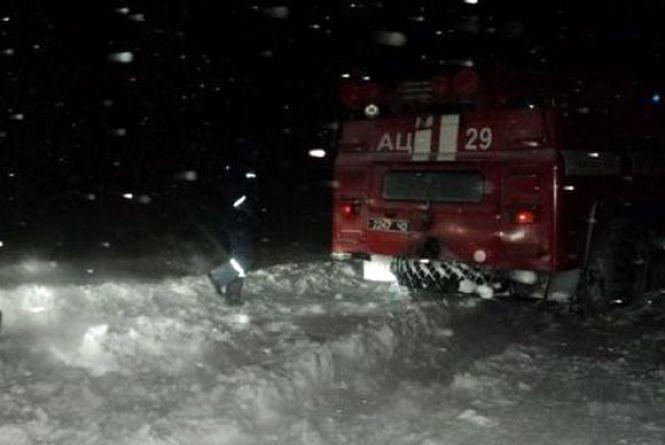 На полі в сніговому полоні опинилися Volkswagen Т4 з чотирма людьми