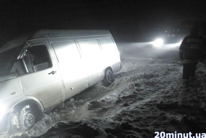 Біля Калинівки з дороги у кювет з'їхав бус громадянина Молдови