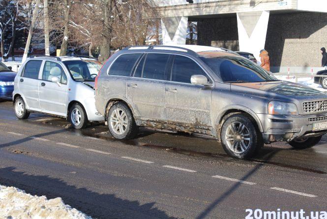 ДТП на Хмельницькому шосе: шведський Volvo пом'яв китайський Chery