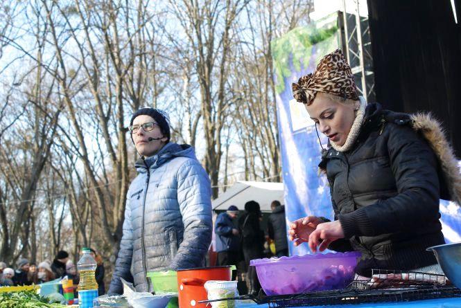Кухарі з «Майстер Шефу» готують борщ із чорносливом на фестивалі вуличної їжі