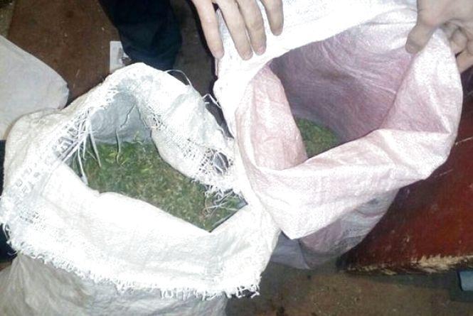 Два мішка та кілька ящиків коноплі ховав на горищі 56-річний чоловік (ФОТО)