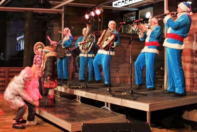 Різдвяний ярмарок закривали з танцями та піснями біля «Скайпарку»