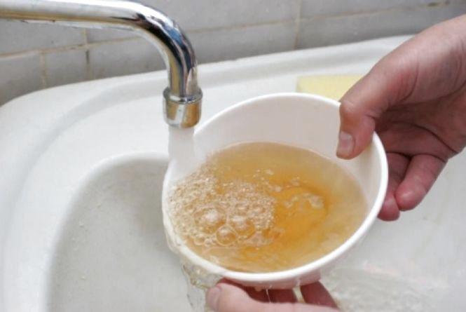 Вінничани скаржаться на те, що вода має дивний колір та неприємний запах