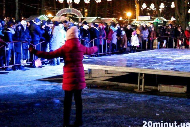 Закриття новорічної ялинки перенесли на дві години. Люди стояли на морозі (ВІДЕО)