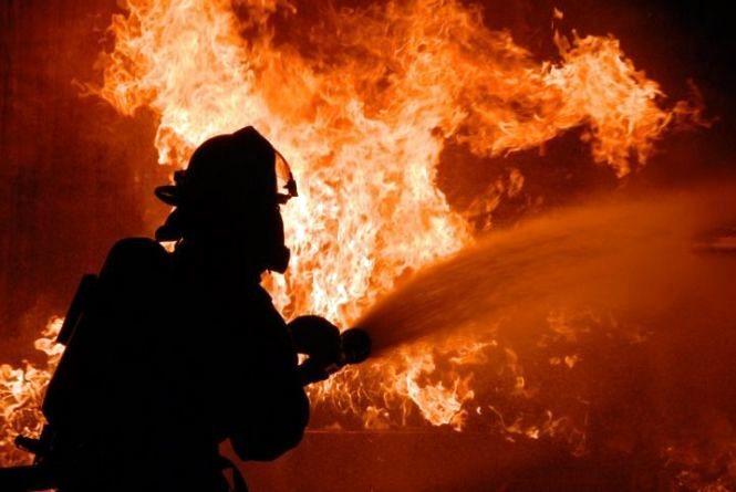 У Вінниці 16 вогнеборців намагалися приборкати пожежу у висотці