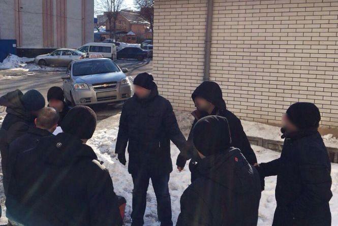 На хабарі у 15 тисяч гривень взяли 28-річного капітана вінницької поліції