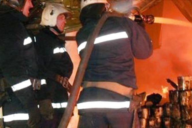 На трьох пожежних машинах гасили склад деревини на Немирівському шосе