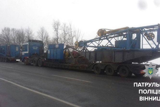 Поліцейські зупинили дві вантажівки, які перевозили великогабаритні вантажі
