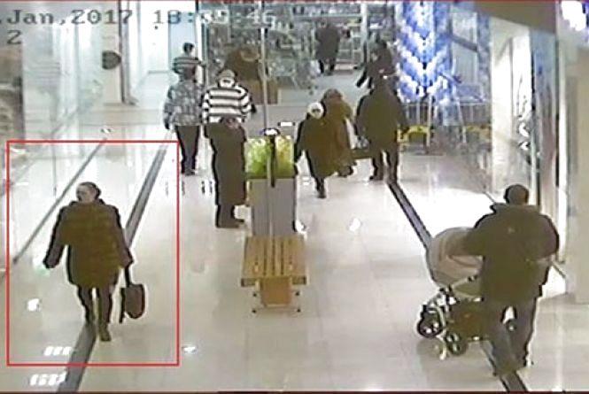 В Мегамолі жінка в шкіряних лосинах вкрала сумку. Допоможіть впізнати (ФОТО)