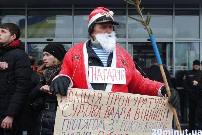 """За """"холуя"""": під міськрадою активіст отримав стусана від чиновника облради"""