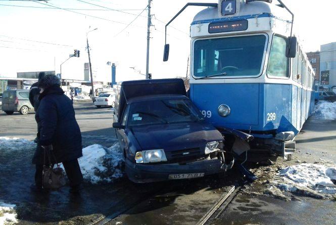 ДТП на Янгеля: біля муніципального ринку трамвай зіткнувся з «Пиріжком» (ФОТО)