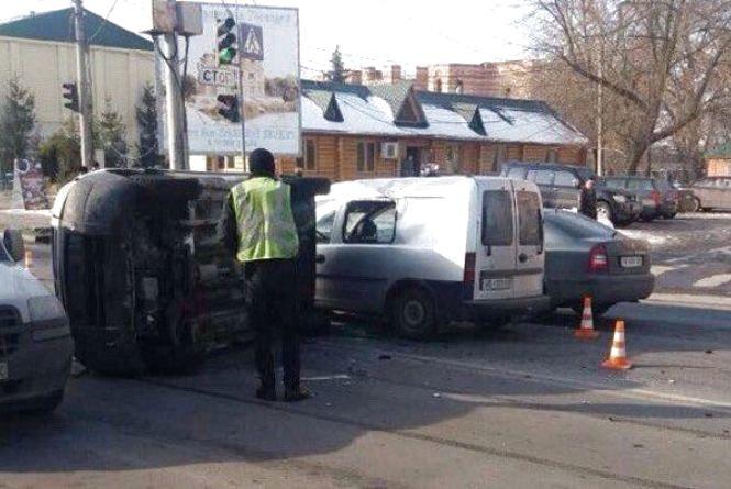 У мережі з'явилося відео аварії на Електромережі, де перекинувся Citroën