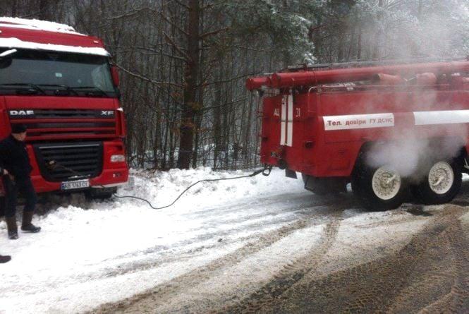 Біля Гніваня вантажівка «DАF» через ожеледицю заїхала в ліс та перекрила дорогу (ФОТО)