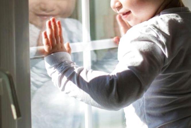 В Хмільнику 4-річна Оля вночі випалала з балкону. Поліція знайшла п'яну матір на дискотеці (ВІДЕО)