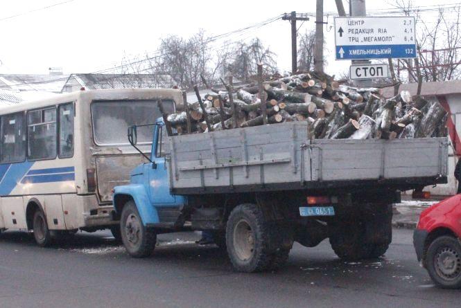На Київській поліцейська вантажівка з дровами врізалася у автобус (ФОТО)