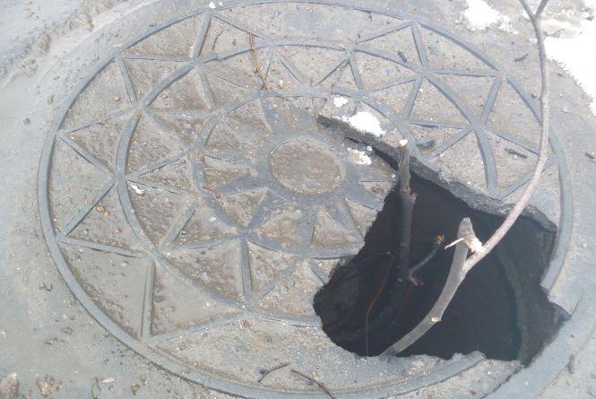 """Обережно: оминайте проломлений каналізаційний люк на """"Електромережі"""""""