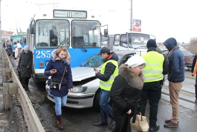 ДТП на Центральному мосту: тролейбус та «Пежо» спричинили кілометровий затор