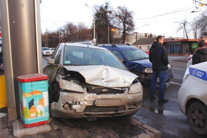 Аварія на Хмельницькому шосе: «Форд» майже зніс зупинку (ФОТО)