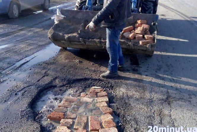 Як в Гнівані комунальники латали асфальт на дорозі… Цеглинами та цементом (ФОТО)