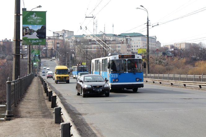 Київський міст закриють для вантажівок та авто. Як їхати в об'їзд?