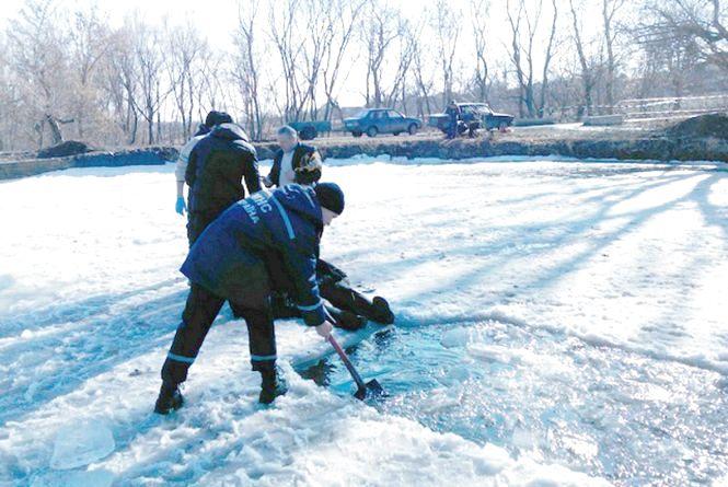 Тіло зниклого безвісти дідуся знайшли в ставку на Вінниччині в товщі криги (ФОТО)