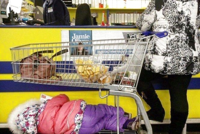 Як вінничанка дитя у гіпермаркеті Metro на візку катала. ФОТО