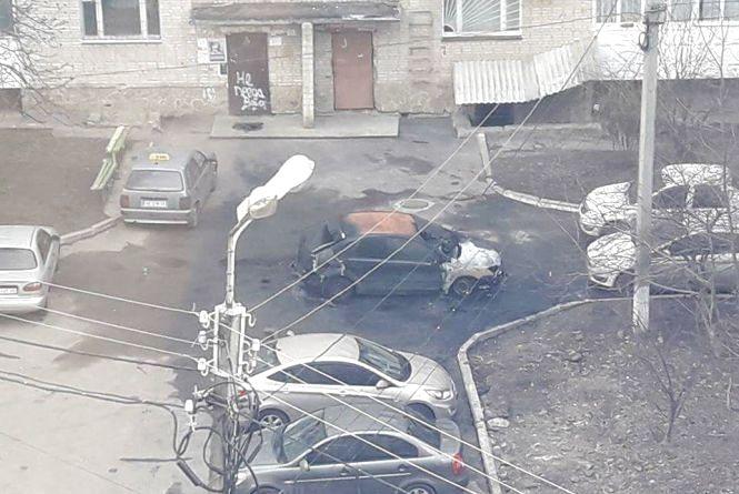 У Вінниці депутату Дмитру Уманцю вночі спалили автівку (ФОТО)