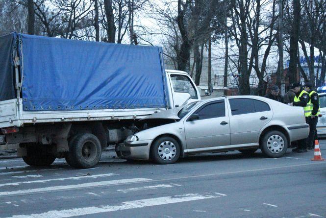 """Аварія на Магістратській. Водій """"Шкоди"""" врізався в грузовик"""