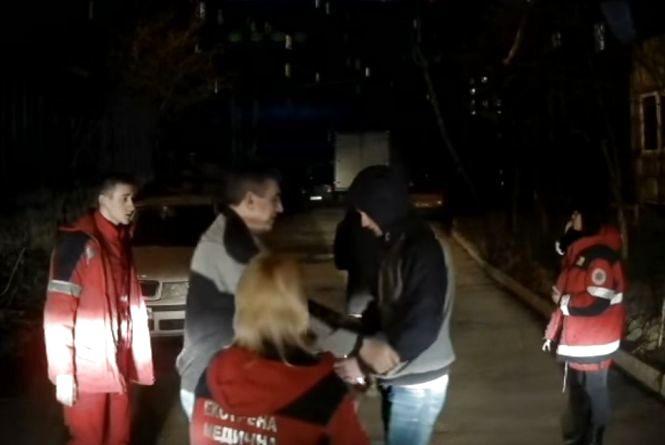 У Вінниці троє п'яних чоловіків напали на «швидку». Побили водія та машину