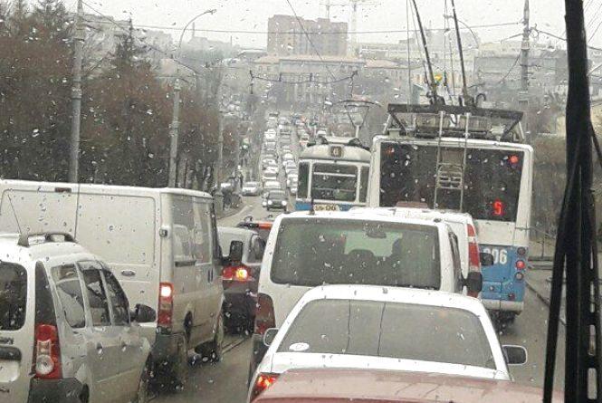 Вінничани обурюються, що не продумали план об'їзду Київського мосту. Але вихід є