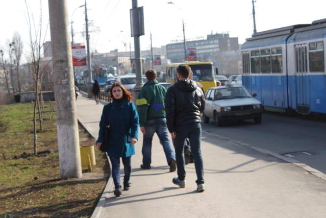 ФОТО ДНЯ. Через затори на Центральному мосту люди ходять на роботу пішки