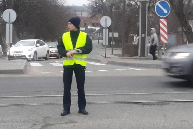 Рух на Центральному мосту вийшов регулювати начальник патрульних Усеінов (ВІДЕО)
