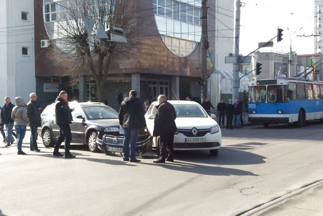 Через аварію на Пирогова утворився затор з тролейбусів (ФОТО)