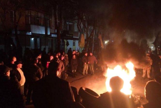 Приїхала пожежна, постояла та поїхала: як вінницькі активісти під СБУ палили шини (ФОТО)