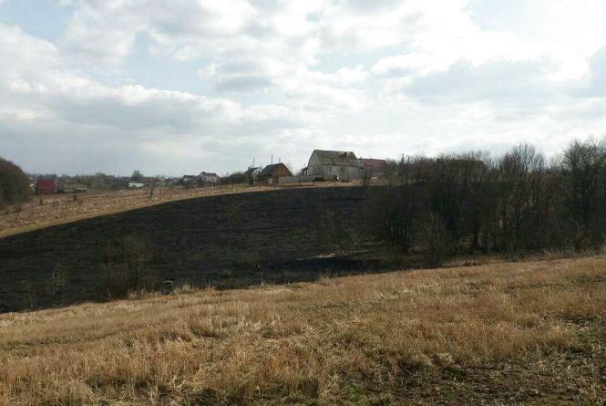 Смог у Вінниці - хтось підпалив поле на вулиці Стадницькій (ФОТО)