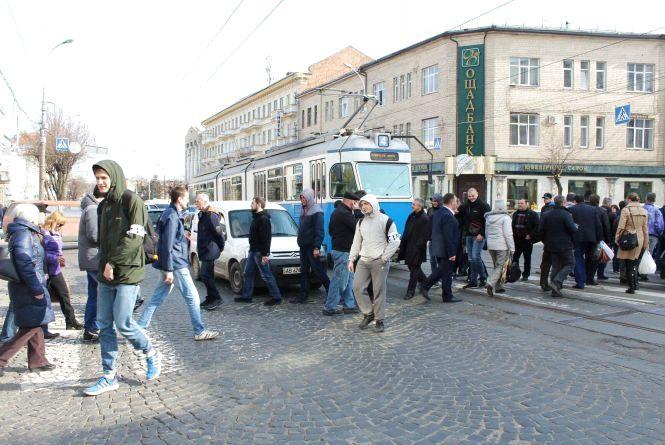 Активісти знову перекрили Соборну. Депутати в облраді не зібрались