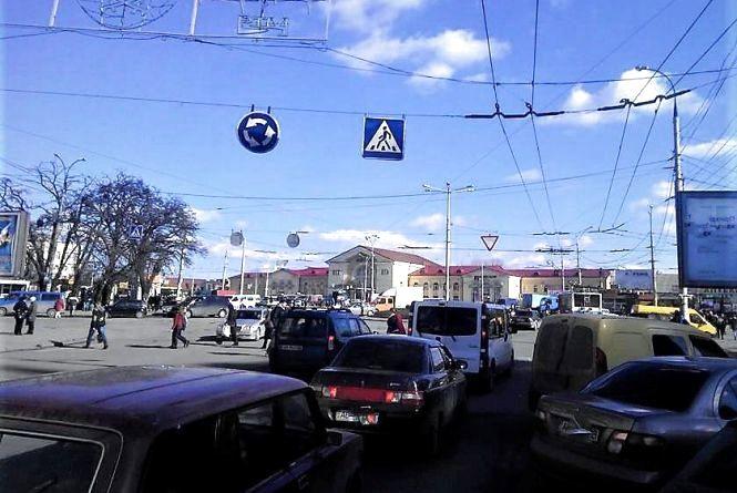До уваги водіїв. Нові дорожні знаки з'являться біля Залізничного вокзалу