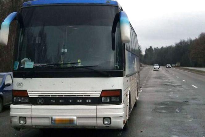 Смертельна ДТП: біля Калинівки жінка випала з автобуса, який її переїхав (ФОТО)