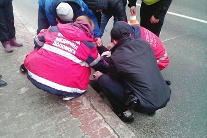 На вулиці Оводова посеред дороги лежав чоловік без свідомості (ФОТО)