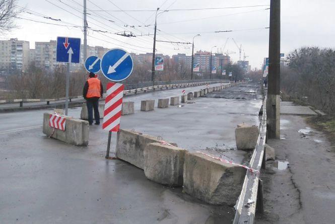 Розібрали асфальт і розбіглися: що відбувається на Київському мосту?