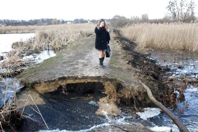 «Візьміть палицю і перелазьте»: на Вишенському озері прорвало дамбу