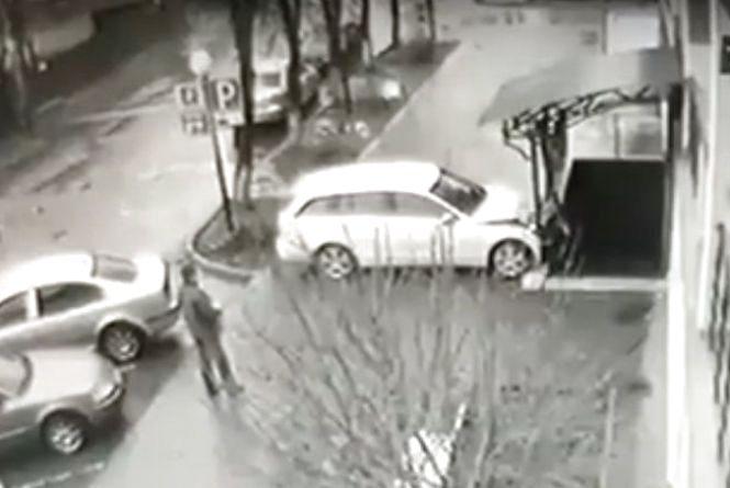 З'явилось відео аварії, де жінка на «Мерсі» заїхала у залізну огорожу