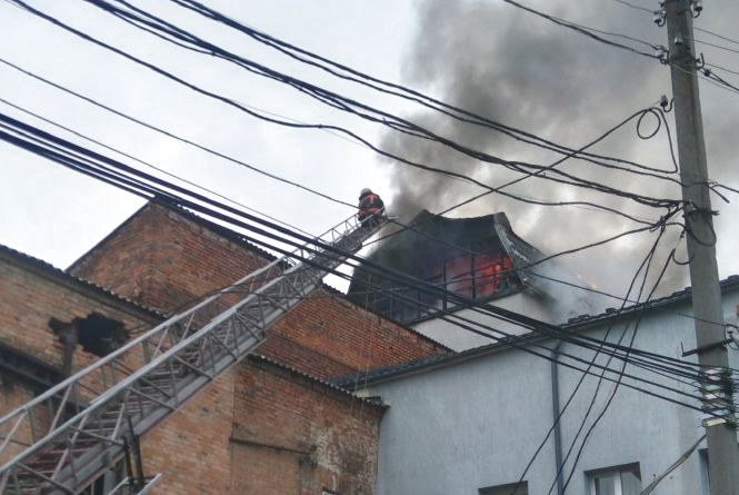 На Замості велика пожежа: горять офіси за рестораном «Прайм» (ФОТО, ВІДЕО)