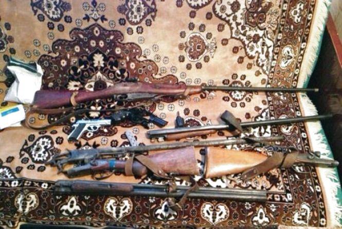Житель Калинівщини зібрав цілий арсенал зброї. Усе знайшла та забрала поліція