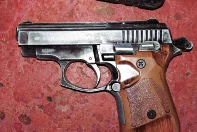 Умовно засуджений купив пістолет, а його дружина на смітнику знайшла набої до нього