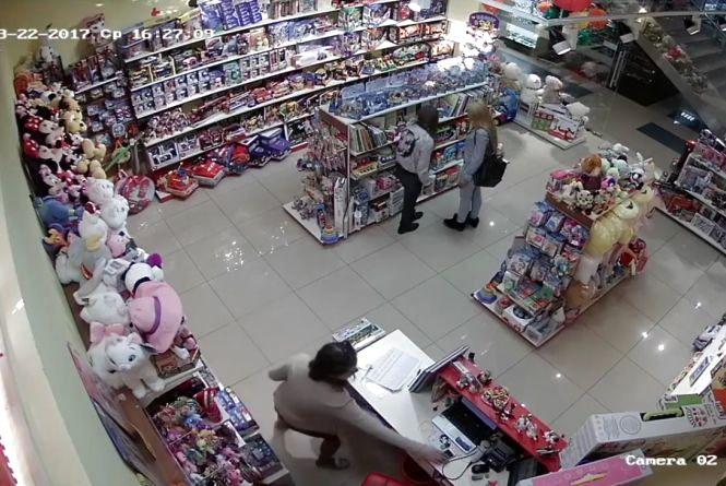 Допоможіть знайти. У Магігранді вкрали IPhone зі стола продавчині (ВІДЕО)