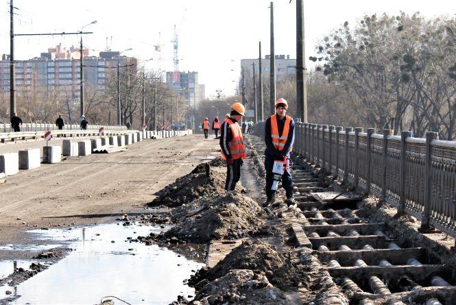 «Потерпіть трішки». Ремонт Київського мосту в питаннях та відповідях