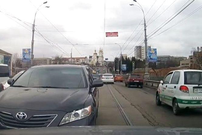 У Вінниці  водій «Toyota» виїхав на зустрічну по Центральному мосту (ВІДЕО)